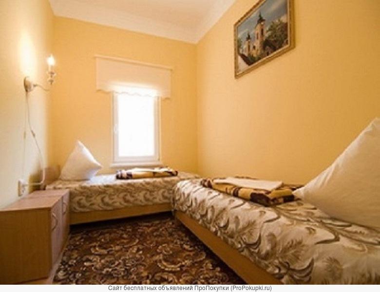 Продается коттедж в черте г. Обнинск Калужская область (90 км от МКАД). Дом 2-х этажный 120 кв.м., пеноблок, с внутренней отделкой, участок 4,7 соток ПМЖ, ГАЗ, Водопровод, Свет, Септик, Погреб, вода, все удобства, лучше чем в квартире. 1-й этаж гостина