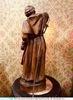Винтажная лампа с фигурой монаха, держащего фонарь, 1900-е