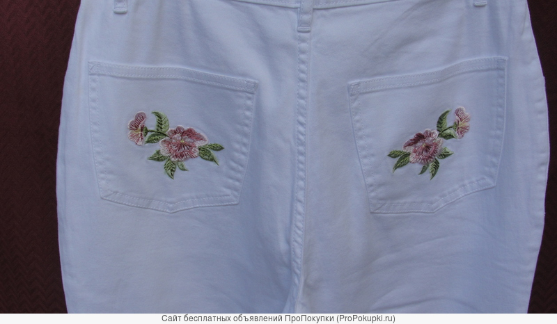 Брюки женские (джинсы) белого цвета с цветной вышивкой