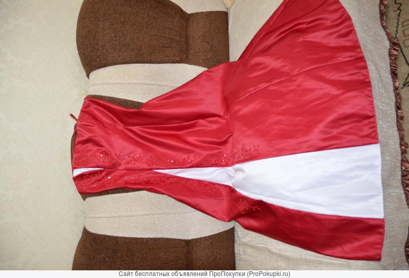 Пышное, атласное платье красного цвета