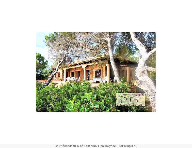 Потрясающая вилла, расположенная на берегу моря в Кала Сантаньи