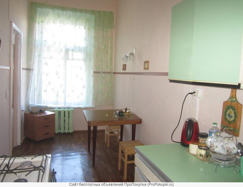 Сдается посуточно комната(26м2) в центре м. ВасилеостровскаяПросторная кухня 13 м2, газовая плита, печь СВЧ, вся необходимая посуда. В добавок к этому в комнате имеются электрочайник, кружки. В квартире два отдельных туалета. Бесплатно: стирка одежды без
