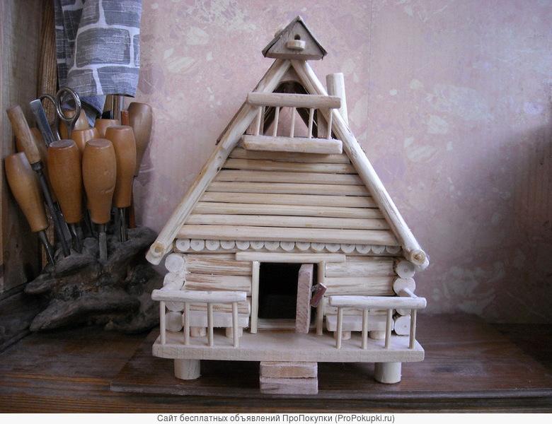 Игрушечный деревянный дом с балконом