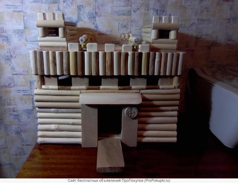 Деревянная игрушечная крепость