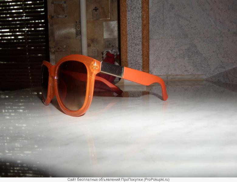 Стильные очки оранжевого цвета.